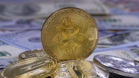 A moeda de Bitcoin do ouro, BTC e as contas dos dólares estão girando video estoque