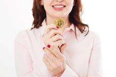 Moeda de Bitcoin do ouro nas mãos da mulher de negócio isoladas no fundo branco Blockchain e conceito da finança Foco seletivo Ma imagens de stock