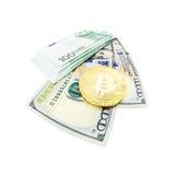 Moeda de Bitcoin e cem notas de dólar Fotografia de Stock