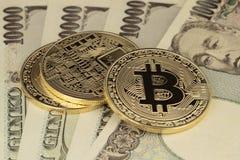 Moeda de Bitcoin e de ienes fotografia de stock