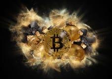 Moeda de Bitcoin e monte de pepitas de ouro Imagens de Stock