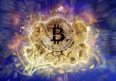 Moeda de Bitcoin e monte de pepitas de ouro Imagem de Stock Royalty Free