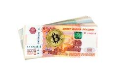 Moeda de Bitcoin e pilha de cédulas do russo Foto de Stock Royalty Free
