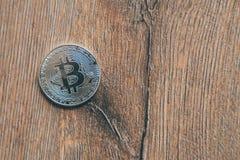 Moeda de Bitcoin em um assoalho de madeira imagem de stock royalty free