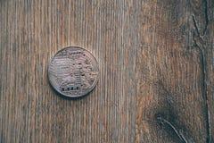 Moeda de Bitcoin em um assoalho de madeira fotografia de stock royalty free