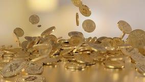 Moeda de Bitcoin, moeda cripto, caindo em uma pilha Opção no estilo do ouro branco imagem de stock