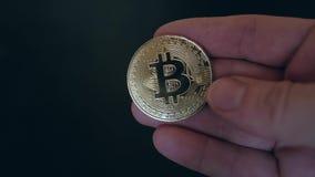 Moeda de Bitcoin na mão do ` s do homem vídeos de arquivo