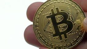 Moeda de Bitcoin na mão do ` s do homem video estoque