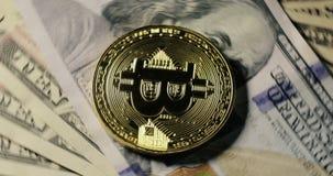 Moeda de Bitcoin nas cédulas do dólar que giram em um fundo preto filme