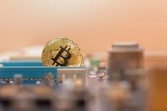 Moeda de Bitcoin no entalhe pci-expresso da placa de vídeo, dinheiro virtual de mineração do cripto fotos de stock
