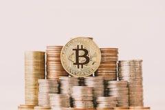 Moeda de BitcoinBTC na pilha das moedas imagens de stock