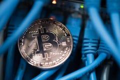 A moeda de brilho do bitcoin no azul cabografa o close up Cryptocurrency, escavação Imagens de Stock Royalty Free