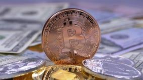 A moeda de bronze de Bitcoin, BTC e as contas dos dólares estão girando filme