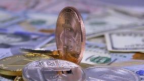 A moeda de bronze de Bitcoin, BTC e as contas dos dólares estão girando vídeos de arquivo