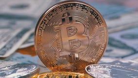 A moeda de bronze de Bitcoin, BTC e as contas dos dólares estão girando video estoque