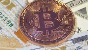 A moeda de bronze Cryptocurrency de Bitcoin, BTC gerencie no fundo com dólares americanos video estoque