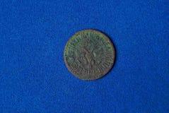 Moeda de cobre velha do russo em um fundo azul fotografia de stock royalty free