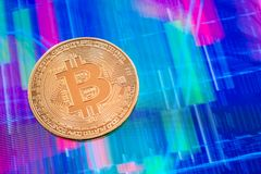 Moeda de Cryptocurrency Bitcoin sobre a tela da tabuleta Imagem de Stock