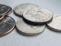 Moeda de dez centavos e quartos da liberdade da moeda das moedas dos E.U. do close up imagem de stock