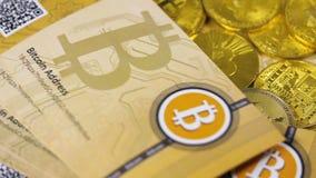 Moeda de Digitas sobre o metal Bitcoins e Litecoins filme