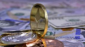 A moeda de Ethereum do ouro, ETH e as contas dos dólares estão girando filme
