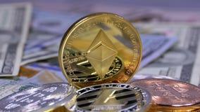 A moeda de Ethereum do ouro, ETH e as contas dos dólares estão girando video estoque