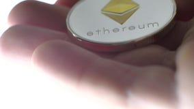 Moeda de Ethereum na mão do ` s do homem video estoque