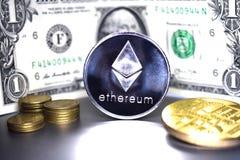Moeda de Ethereum no fundo de um dólar americano da cédula 1 fotografia de stock