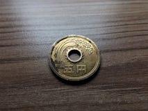 Moeda de 5 ienes japoneses em minha mão imagem de stock royalty free