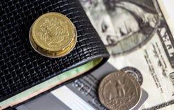 Moeda de libra, moeda velha do dólar e cédula com a carteira na tabela O conceito da troca de moeda principal pode ser usado no m fotos de stock