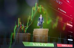 A moeda de ouro intensifica o conceito do planeamento do sucesso/a posição homem de negócio no sucesso da pilha do dinheiro da mo foto de stock royalty free
