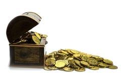 Moeda de ouro na arca do tesouro no fundo branco foto de stock royalty free