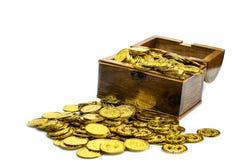 Moeda de ouro na arca do tesouro no fundo branco imagens de stock