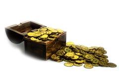 Moeda de ouro na arca do tesouro no fundo branco imagem de stock royalty free