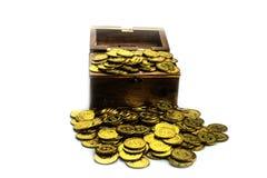 Moeda de ouro na arca do tesouro no fundo branco fotografia de stock