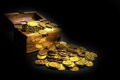 Moeda de ouro na arca do tesouro no fundo preto fotografia de stock