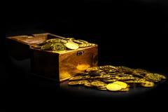 Moeda de ouro na arca do tesouro no fundo preto foto de stock royalty free