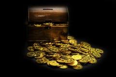 Moeda de ouro na arca do tesouro no fundo preto imagens de stock royalty free