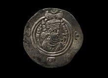 Moeda de prata antiga de Sassanian com o retrato do imperador isolado no preto Imagem de Stock Royalty Free