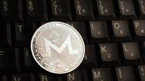 Moeda de prata de Monero XMR no teclado do portátil imagens de stock royalty free
