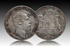 A moeda de prata quatro de Noruega da Su?cia rigsdaler de 4 thaler minted Carl 1870 XV isolado no fundo do inclina??o foto de stock royalty free