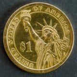 moeda de Um-dólar do lado da estátua da liberdade fotos de stock royalty free
