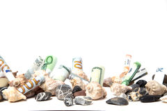 Moeda decomposta sob conchas do mar e seixos, Fotografia de Stock