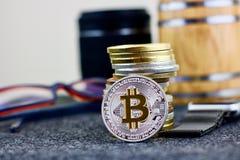 Moeda do bitcoin da prata da moeda de Digitas perto dos vidros foto de stock royalty free