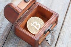 Moeda do bocado na arca do tesouro imagem de stock