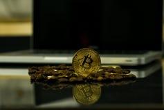 Moeda do cryptocurrency de Bitcoin como a moeda do pagamento cercada com feij?es de caf? fotografia de stock royalty free