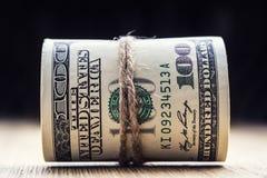 Moeda do dólar Cédulas do dólar roladas em outras posições Foto de Stock