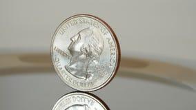 Moeda do dólar de um quarto em uma superfície specular imagem de stock royalty free