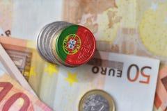 Moeda do Euro com a bandeira nacional de Portugal no euro- fundo das cédulas do dinheiro imagens de stock royalty free