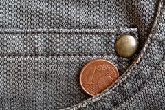 Moeda do Euro com uma denominação de 1 euro- centavo no bolso de calças de brim marrons gastas da sarja de Nimes Imagem de Stock Royalty Free